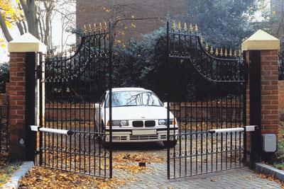 Автоматические распашные ворота.