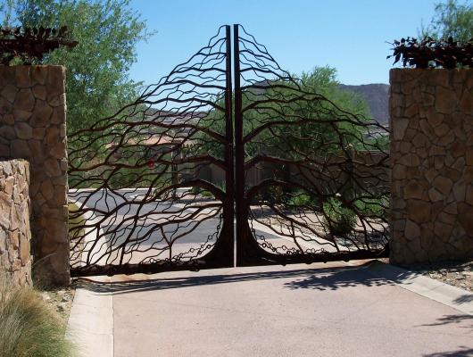 Распашные декоративные металлические ворота.