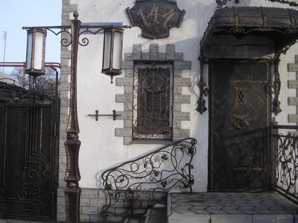 Бронированные двери с элементами ковки