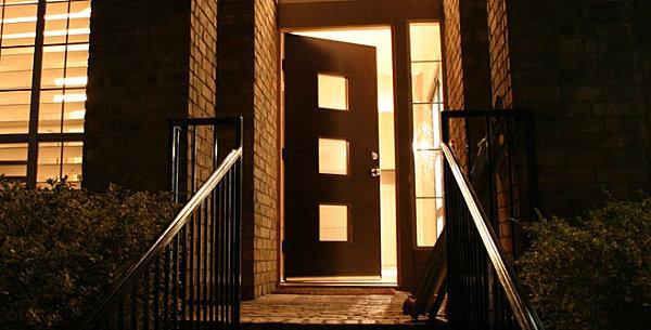 деревянные двери с окном
